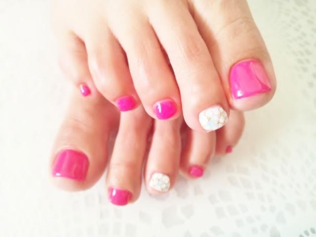 人気のバービーピンクカラー♡ 1本はホワイトカラーにホワイトオパールを敷き詰めた可愛らしいビジューネイルです☆