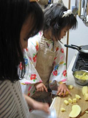 娘2人(12歳と4歳)が晩ご飯調理中