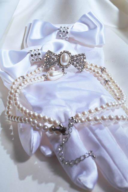 花嫁の手袋と装身具.