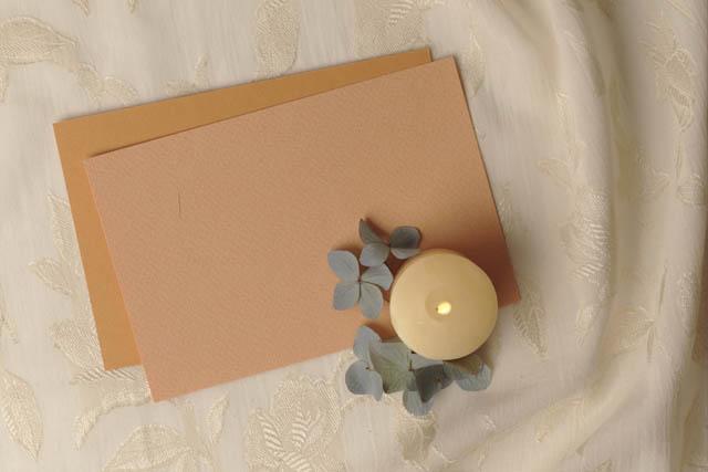 カードと花びらと蝋燭
