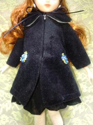 1897db173e367 大きな丸襟の極々シンプル&ベーシックなコートだけど、ちょっとヴェルヴェット風の起毛した生地がリアルさと高級感を出してて、共布で顎で結ぶ為の2ミリ幅リボン付き  ...