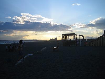 夕日が雲に隠れて、夕凪の前ぶれを感じる