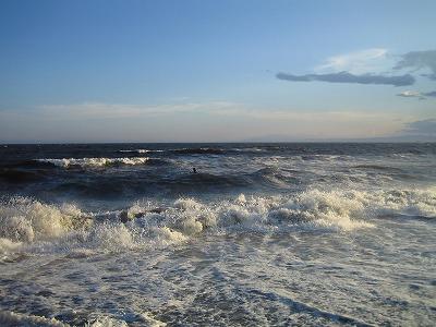 波が強い浜辺でした。