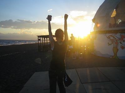 同じく夕日の中で踊る女。この日の浜辺にいた者は全員、この夕日にヤられた。