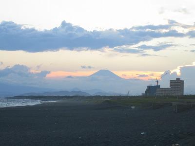 これ、夕日に映える富士山なのです。辻堂(江ノ島)から、こんなデカく見えるんだ