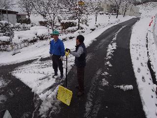 所長と雪かき.jpg
