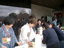 楽しそうにお茶をふるまう「草薙ツアーグループ」の方たち
