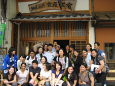 研修参加者、まちの駅駅長と昼食後の記念撮影 鯛屋旅館・吉原本宿にて