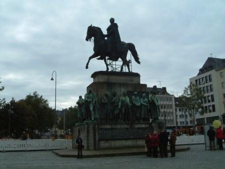 銅像全体像