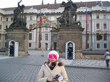 プラハ城正門で