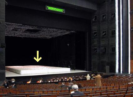 舞台に巨大マットレスが…