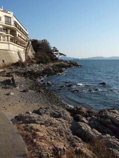 海沿い歩く