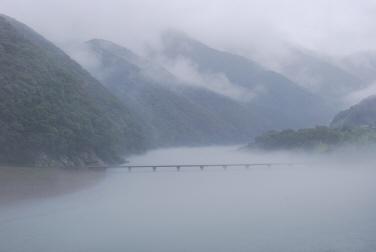 雨の沈下橋