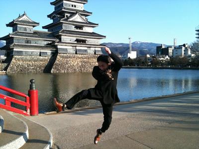 松本城まえで飛び跳ねる
