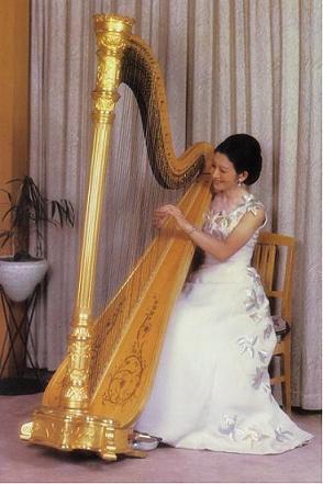 ハープをお弾きになる美智子様