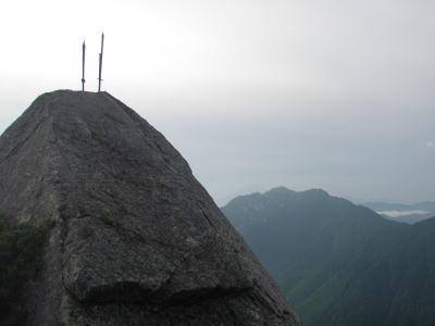 岩の上に剣が