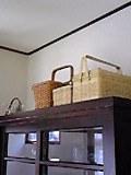食器棚の上に篭がならぶ
