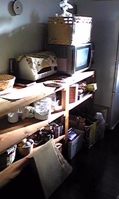 この棚。夫婦二人だけで引越しをしながら、夫が作りました。荷物を運びながら設置場所の寸法を測り、ホームセンターで板を買い作成。塗料をボロ布で塗ったり楽しかったな☆