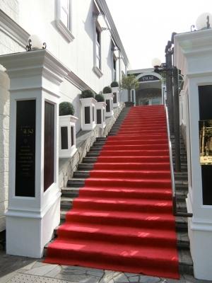 竹芝「ツキ シュール ラメール」外観 入口階段 レッドカーペット 赤絨毯