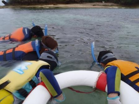 沖縄の海を子連れ家族でシュノーケリング