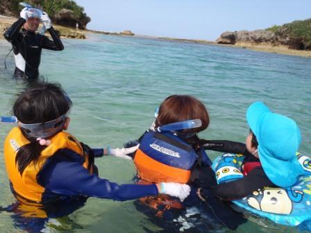 家族旅行で沖縄の海をシュノーケリング