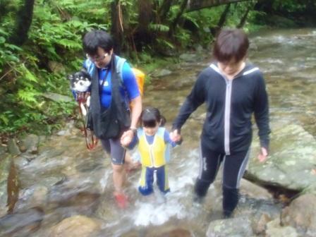 家族皆で楽しむ沖縄の滝を目指す沢登りツアー(トレッキング)