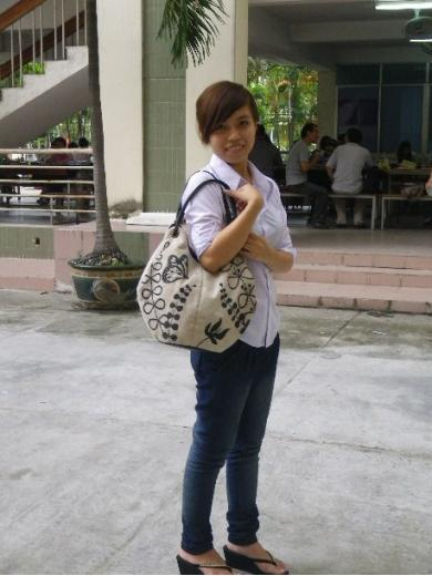 『蝶と草花の刺繍』バッグとベトナムの女の子