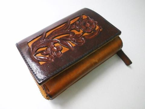 ヌメ革彫刻の財布