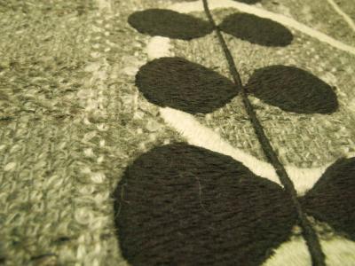織り柄のある生地の上に刺繍