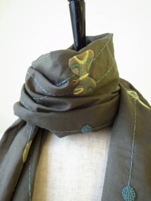 手刺繍の蝶の刺繍スカーフ