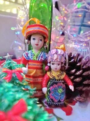 ベトナムのクリスマスを祝う少数民俗人形