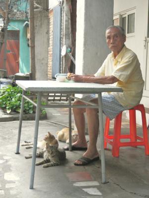 ベトナムのおじいさんと猫