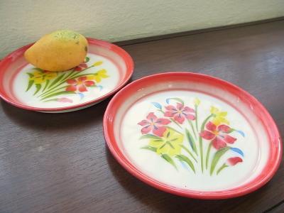 レトロな花柄のホーロー皿
