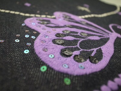 蝶と首飾り刺繍