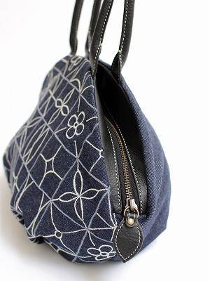 『四角タイル刺繍』アーモンドバッグ