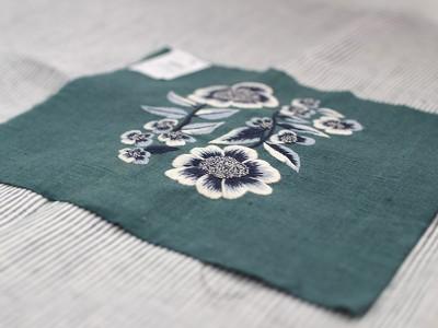 サテンステッチで刺されたレトロフラワー刺繍