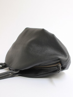 アーモンドバッグの黒革バッグ