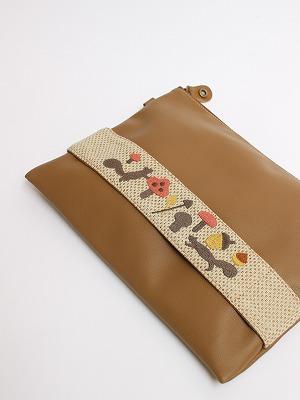 リスキノコ刺繍クラッチバッグ。