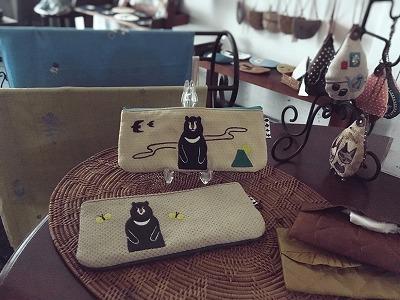 クマ刺繍ペンケース