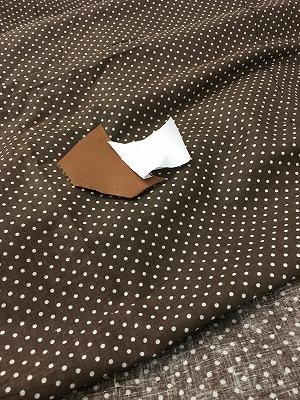 テラコッタ色の革に茶色に水玉の裏地