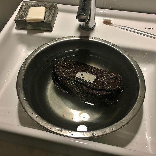 革のショルダーポーチを洗う