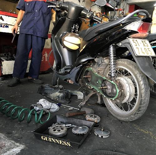 ベトナムでバイクの修理