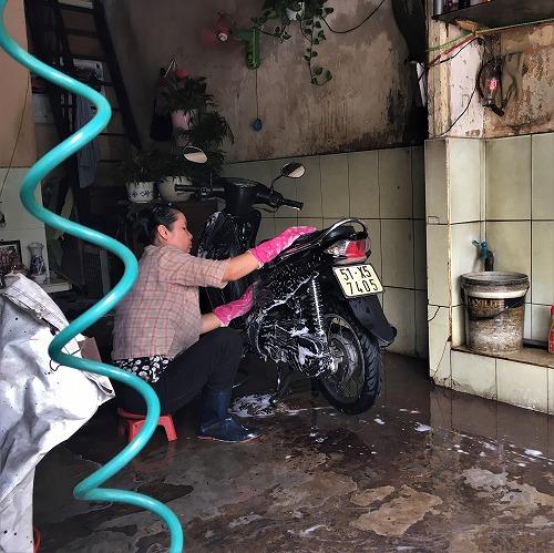 ベトナムでバイクの洗車