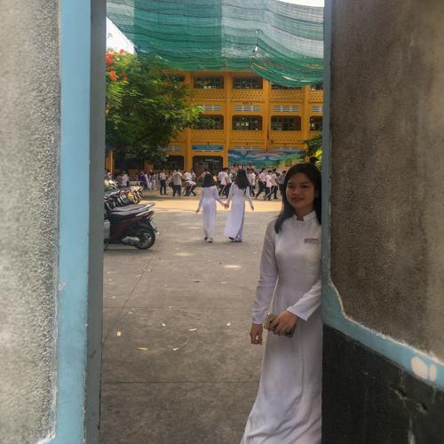 女子高生の白いアオザイ姿