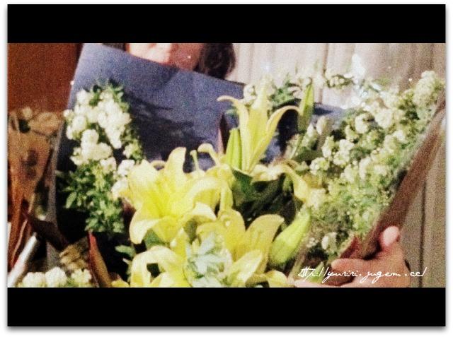 花束をかかえるゆりり.jpg