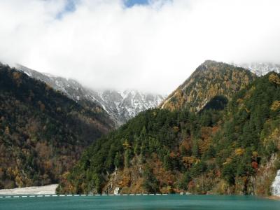 高瀬ダムからの紅葉と冠雪