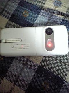 SO902iカメラ起動中の謎の赤い光
