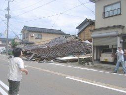 地震で倒壊した建物=16日午前10時30分ごろ、柏崎市新橋