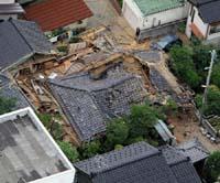 地震で倒壊した家屋(新潟県柏崎市で、読売ヘリから)
