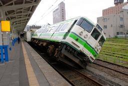 脱線して斜めに傾いたJR越後線の車両=16日午後12時53分、柏崎駅構内